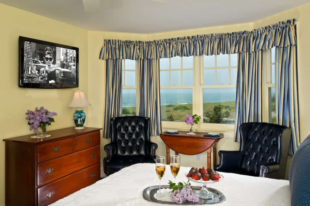 Room 10 bed and ocean view