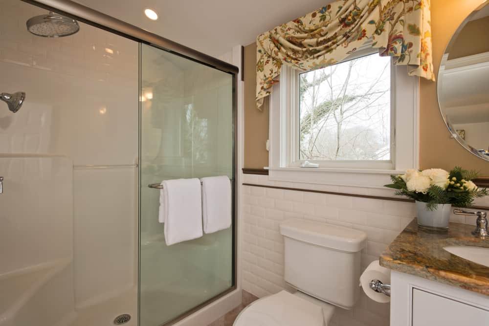 Bowsprit Suite bathroom